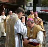 Biskop Eidsvig mottar den nyordinerte prests velsignelse - Foto Mats Tande 2012-09-29